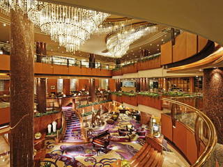横浜ベイシェラトンホテル&タワーズ 3層吹き抜けのロビーは水・緑・風を表現しています
