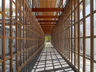 柱廊といわれる廊下、開放的な建築と自然のハーモニーが圧巻