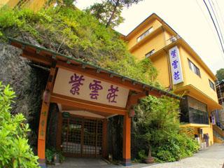 鶴井の宿紫雲荘 大きな岩山を正面に構える玄関