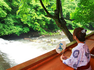 鶴井の宿紫雲荘 早川渓流を望むテラス