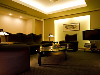 湯本富士屋ホテル 本館最上階のスイートルーム。広々としたリビングに落ち着いた雰囲気のベッドルーム