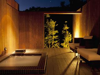 五感が悦ぶ、箱根の森のオーベルジュ 漣-Ren- コンフォートツインタイプR。リビング&ベッドスペースのタイプに専用露天風呂