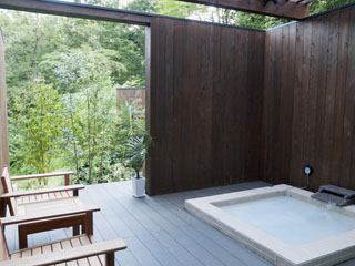 五感が悦ぶ、箱根の森のオーベルジュ 漣-Ren- コンフォートツインタイプC。ウッドデッキと視界を遮らないロータイプの露天風呂