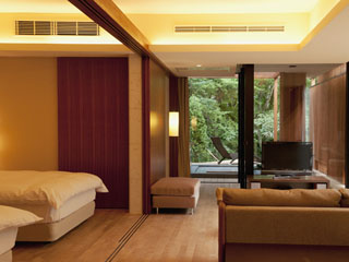 五感が悦ぶ、箱根の森のオーベルジュ 漣-Ren- スーペリアツインタイプ。別棟、離れの感覚、温泉大浴場は客室露天風呂と近い距離