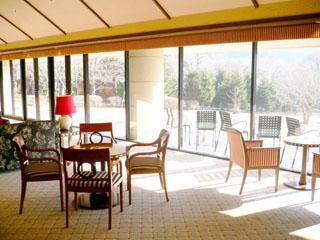 小田急 箱根ハイランドホテル 大きくとった窓に写る庭園の四季を感じる「ラウンジ」