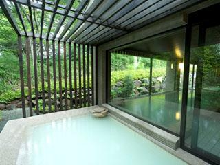 小田急 箱根ハイランドホテル 開業50年を機に誕生した露天風呂付き温泉浴場