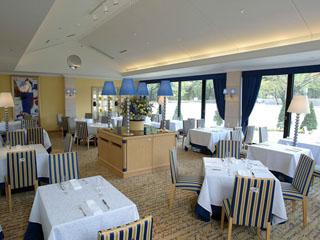 小田急 箱根ハイランドホテル 濃紺と金を配色し、モダンなインテリアでまとめられたレストラン「ラ・フォーレ」