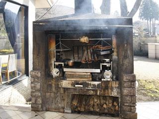 小田急 箱根ハイランドホテル メイン料理は「ガーデンブロッシュ」の薪火を使用