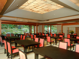 箱根湯の花プリンスホテル 「お食事処」の大きな一枚窓から四季の移ろいがご覧いただけます