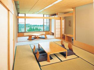 箱根湯の花プリンスホテル お部屋は、12畳の本間と掘りごたつの付いた広緑を用意(ベッド付2室有)