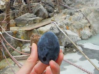 美肌の湯 きのくにや モクモクと噴気を上げる「大涌谷」の名物・黒たまごは、1個食べると7年寿命が延びるといわれています。