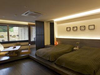 ホテル小柳 露天風呂付霧和モダン客室でお寛ぎはいかがでしょうか?