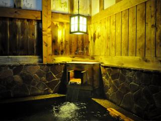 貝掛温泉 目薬を2倍に薄めたものと同等の成分が含まれているそう。目を洗うのに、熱すぎず、冷たすぎず、ちょうどいい温度で湧いている。