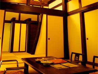 貝掛温泉 どっしりとした庄屋造りの建物。築150~160年の宿泊棟は歴史を感じつつ、中はきれいに改装されていて、快適。