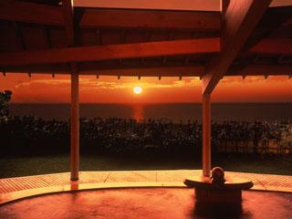 夕映えの宿汐美荘 海に面した男性露天風呂「朝凪」