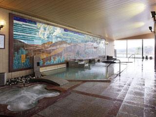 金太郎温泉 九谷焼陶板作品を一面に配した壁画大浴殿。温泉に浸かりながら芸術鑑賞