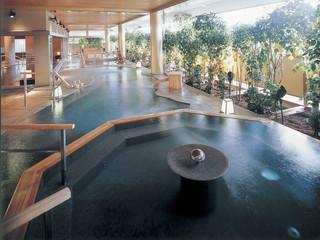 ゆのくに天祥 「一泊三湯十八ゆめぐり」。趣の異なる3つの大浴場で18種類の湯船を男女時間帯入替