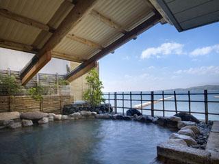 加賀屋 デザインに凝った岩造り。外を見渡せば開放的になっていて、心身ともに癒される