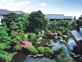 グランディア芳泉 中庭。7つの喜びに満たされた、7000坪のおもてなし