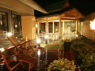 まつや千千 開放感いっぱいで森林浴も楽しめる贅沢な源泉大浴場・露天風呂「千のこぼれ湯」
