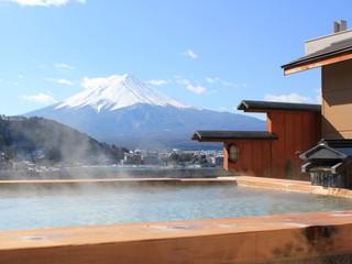 湖楽おんやど富士吟景 富士山と河口湖を望む露天風呂です