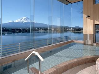 湖山亭うぶや 大浴場は富士山を一望する全面ガラス張り。露天風呂からも富士山と河口湖が望めます