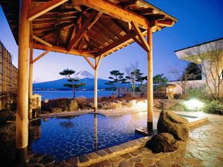 秀峰閣湖月 正面に湖、その先に霊峰富士の山を戴く絶景