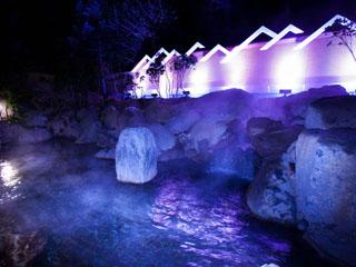 ロイヤルホテル 八ヶ岳(旧:大泉高原八ヶ岳ロイヤルホテル) オーロラをイメージした幻想的な温泉露天風呂