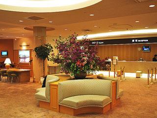 ロイヤルホテル 八ヶ岳(旧:大泉高原八ヶ岳ロイヤルホテル) 清潔感と開放感あふれるフロントロビー