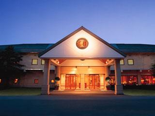 星野リゾート 軽井沢ホテルブレストンコート ホテル前に広がる中庭では、夏とクリスマスに2000個のキャンドルが灯される