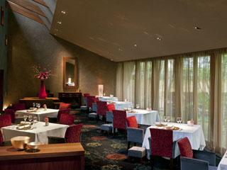 星野リゾート 軽井沢ホテルブレストンコート 森の中のレストラン「ブレストンコート ユカワタン」のシックな店内