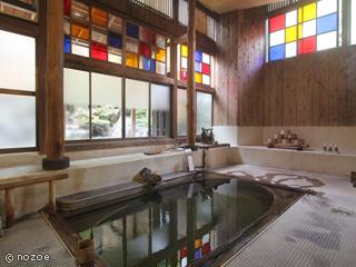 村のホテル住吉屋 内湯は、ステンドグラスの灯りがゆらゆらと揺れるレトロな雰囲気。