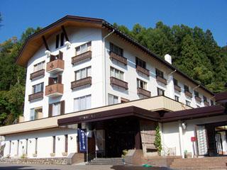 野沢グランドホテル 温泉街の高台に位置し、山里の四季が一望。源泉かけ流しの大浴場は美肌効果抜群の天然温泉です。