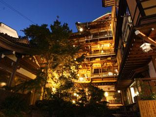 歴史の宿金具屋 文化財の建築や源泉掛け流しの館内八湯、旧街道の温泉街が皆様を昭和初期へいざないます。