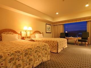 ホテルアソシア高山リゾート スタンダードツイン35平方メートル。晴れた日には天井まである大きな窓から北アルプスを一望♪