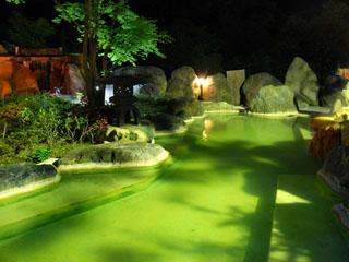 奥飛騨ガーデンホテル焼岳 夜の「うぐいすの湯」。「湯浴み」をまいてお楽しみください