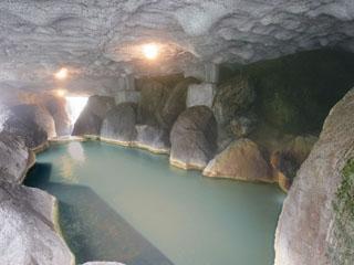 奥飛騨ガーデンホテル焼岳 巨石を配した洞窟風呂では、神秘的な景色をご覧頂けます