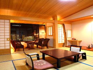 紗々羅 美しい夜景を望む木曽檜の香りがする和室。12.5畳+2畳着替室+広縁