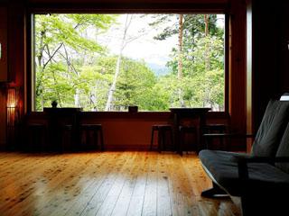 匠の宿 深山桜庵 ロビーにある1枚ガラス。1つの絵画の様にお愉しみ頂けます