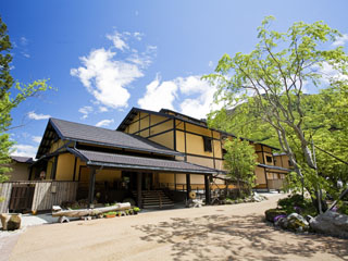 匠の宿 深山桜庵 飛騨の山麓に抱かれた木の香薫る匠の宿。源泉かけ流しの湯を身にまとえばほんのり桜色に染まる。