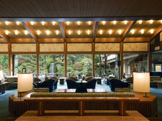 水明館 欅の一本柱や日本庭園を眺める優雅なロビーラウンジ