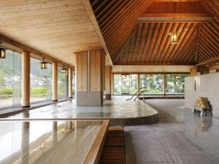 水明館 天井、壁、柱にまで檜にこだわったお風呂。窓の外には日本庭園が広がります
