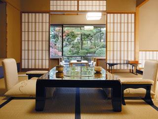 水明館 四季折々に姿を変える日本庭園の周りに配された、優雅な山水閣特別室