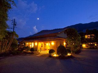 川上屋花水亭 飛騨川沿いの閑静な場所、竹林と数寄屋造り純和風の日本の宿です。月替りの会席料理、名泉でおくつろぎ下さい。