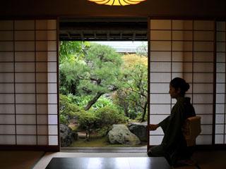 あたみ石亭 四季の彩りを映した庭園をお部屋の窓から