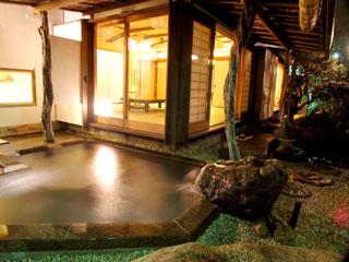 あたみ石亭 広いお部屋に専用の露天風呂がついた贅沢な客室