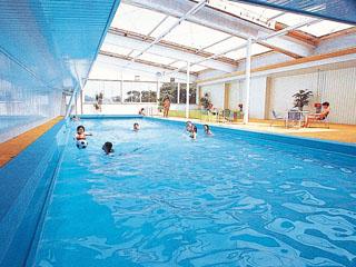 ハトヤホテル 通年営業の屋内温泉プール。ご宿泊のお客様は無料でご利用いただけます