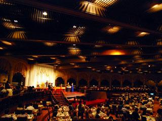 ホテルニューアカオ 夕食の最中には外国人バンドによるディナーショーを開催!
