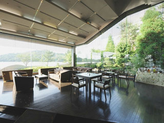 ホテル鞠水亭 ロビーラウンジではチェックイン時にウェルカムドリンクバーが無料で利用できます