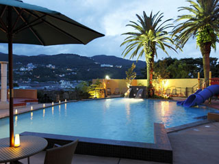 貸切風呂の宿 稲取赤尾ホテル 海諷廊 夏季限定の屋外プール「ブルーラグーン」。子どもから大人まで楽しめます